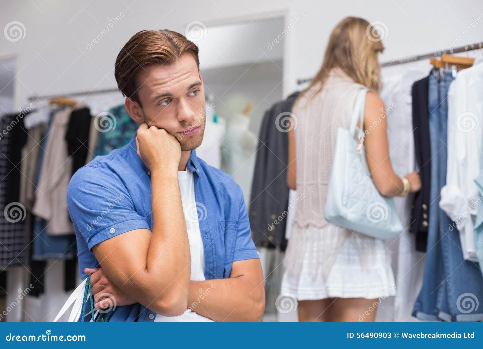 Un homme ennuyé avec sa main sous son menton