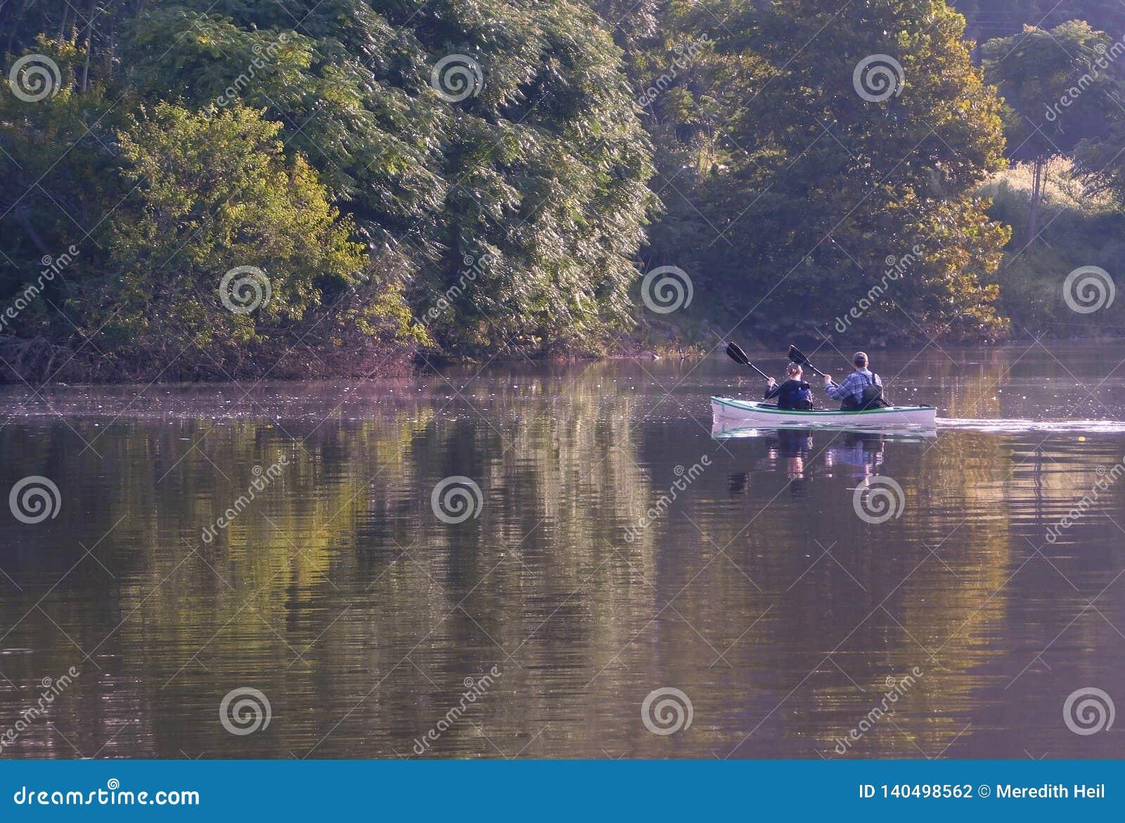 Un homme et une femme kayaking sur le lac forge de véronique