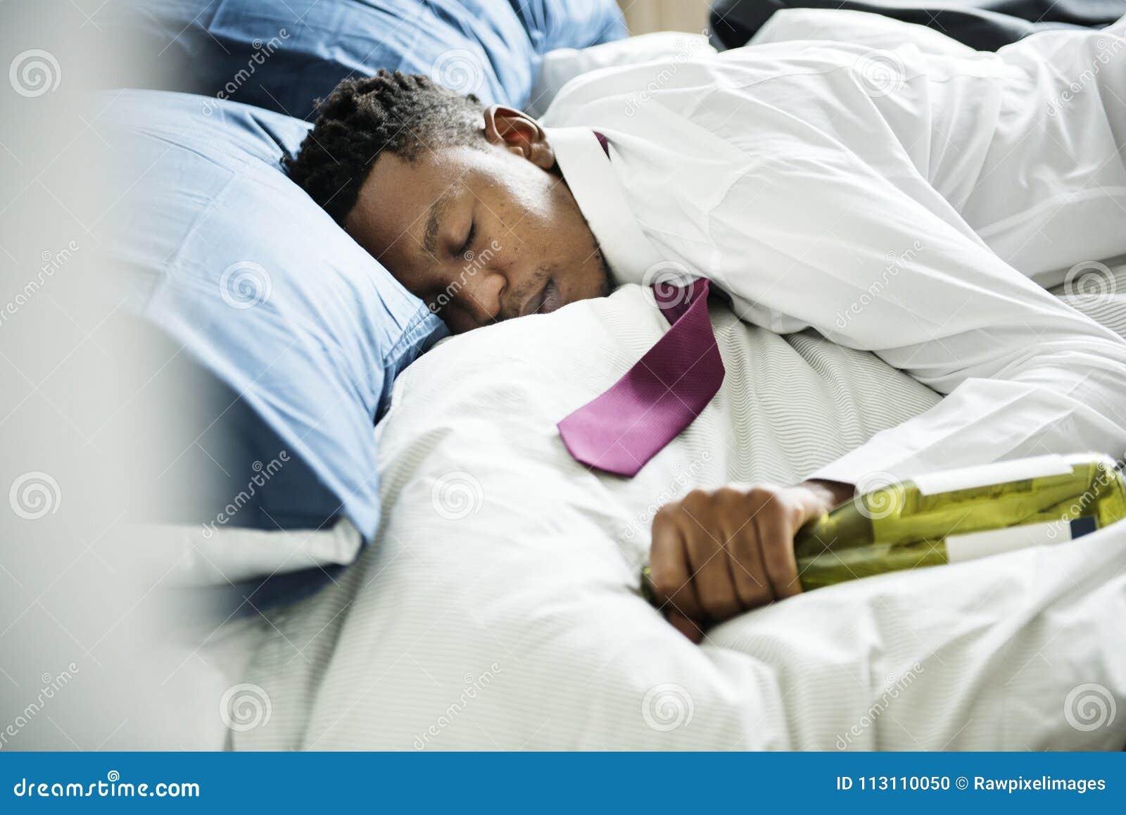 Un homme ivre passant dans le lit