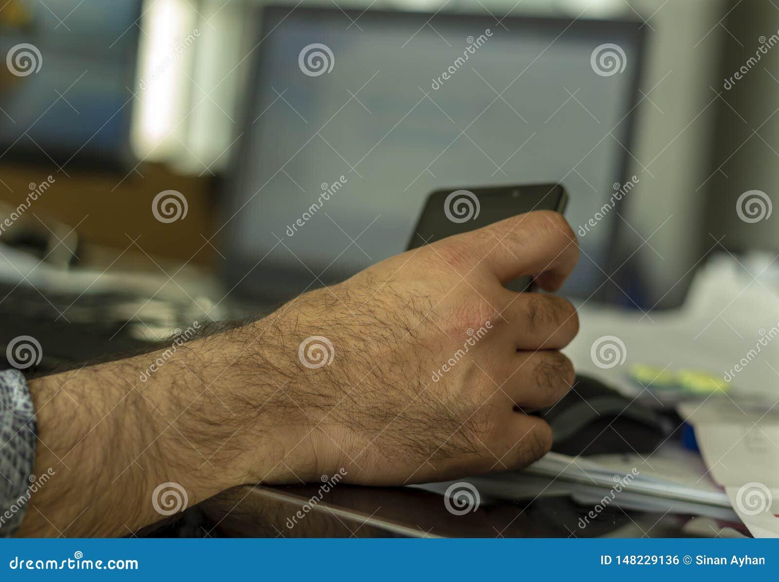 Un homme le manipulant téléphone portable