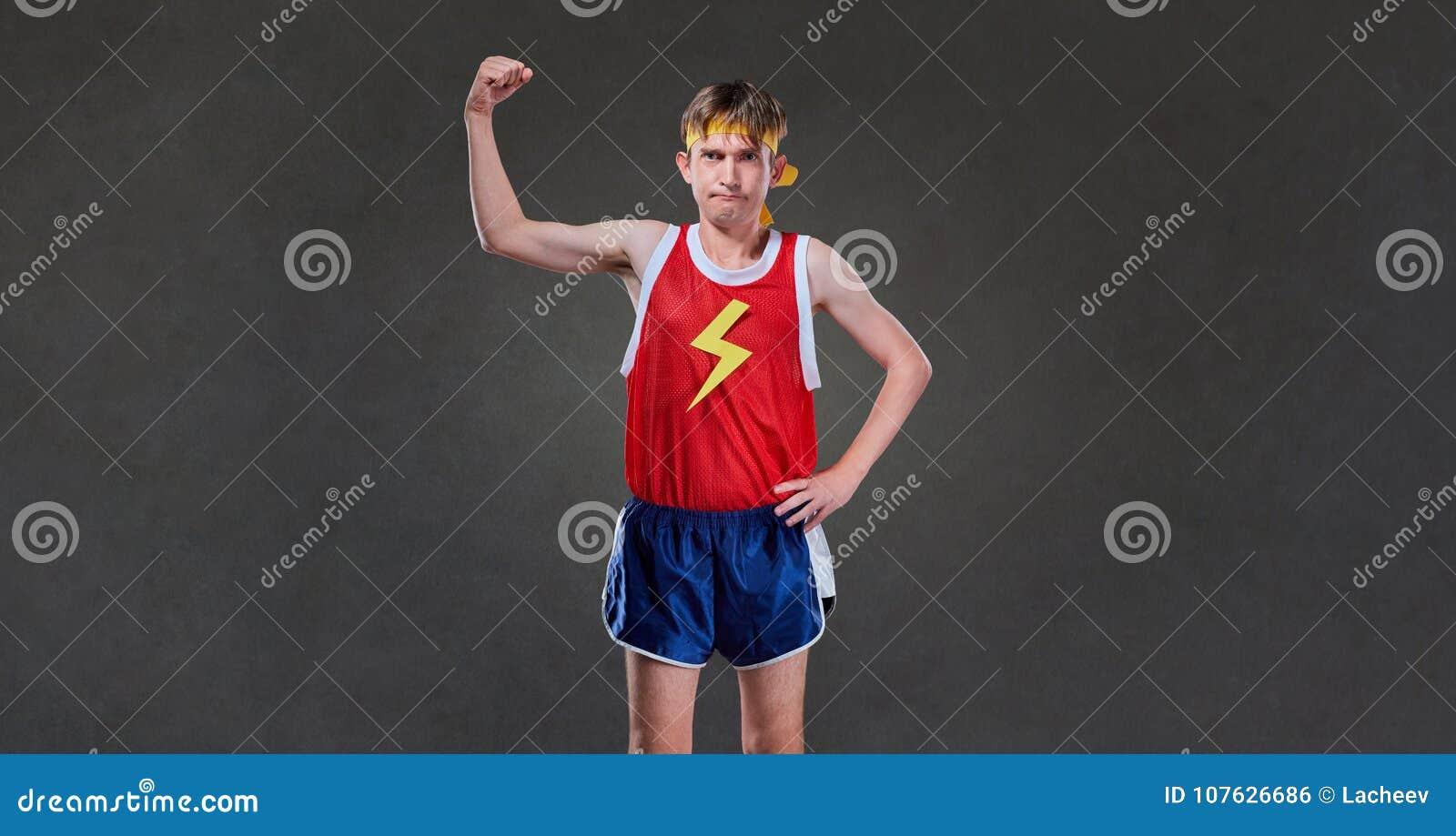 Un homme maigre drôle dans la pose de vêtements de sport