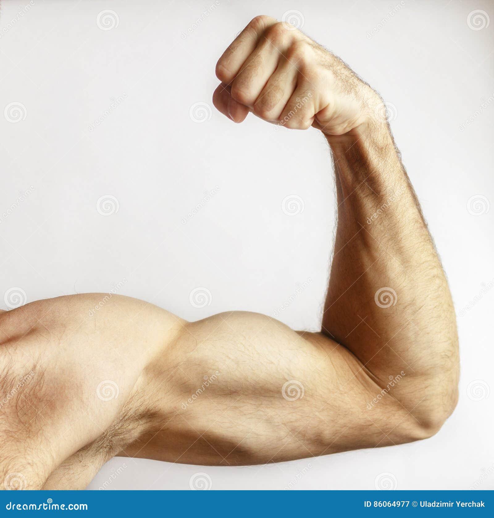 Un homme montre la puissance de bras