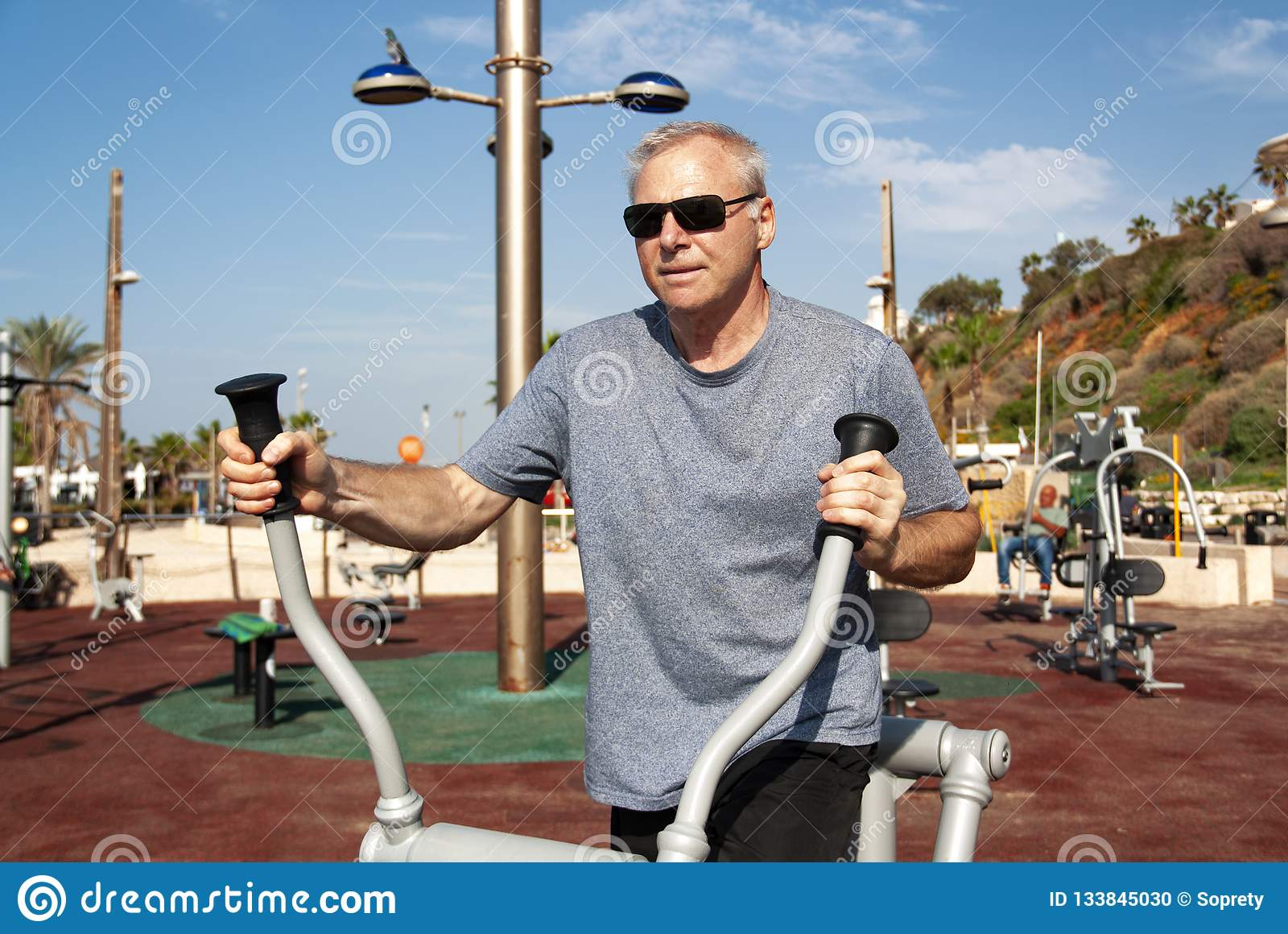 Un homme occupé dans les sports sur l au sol de sports