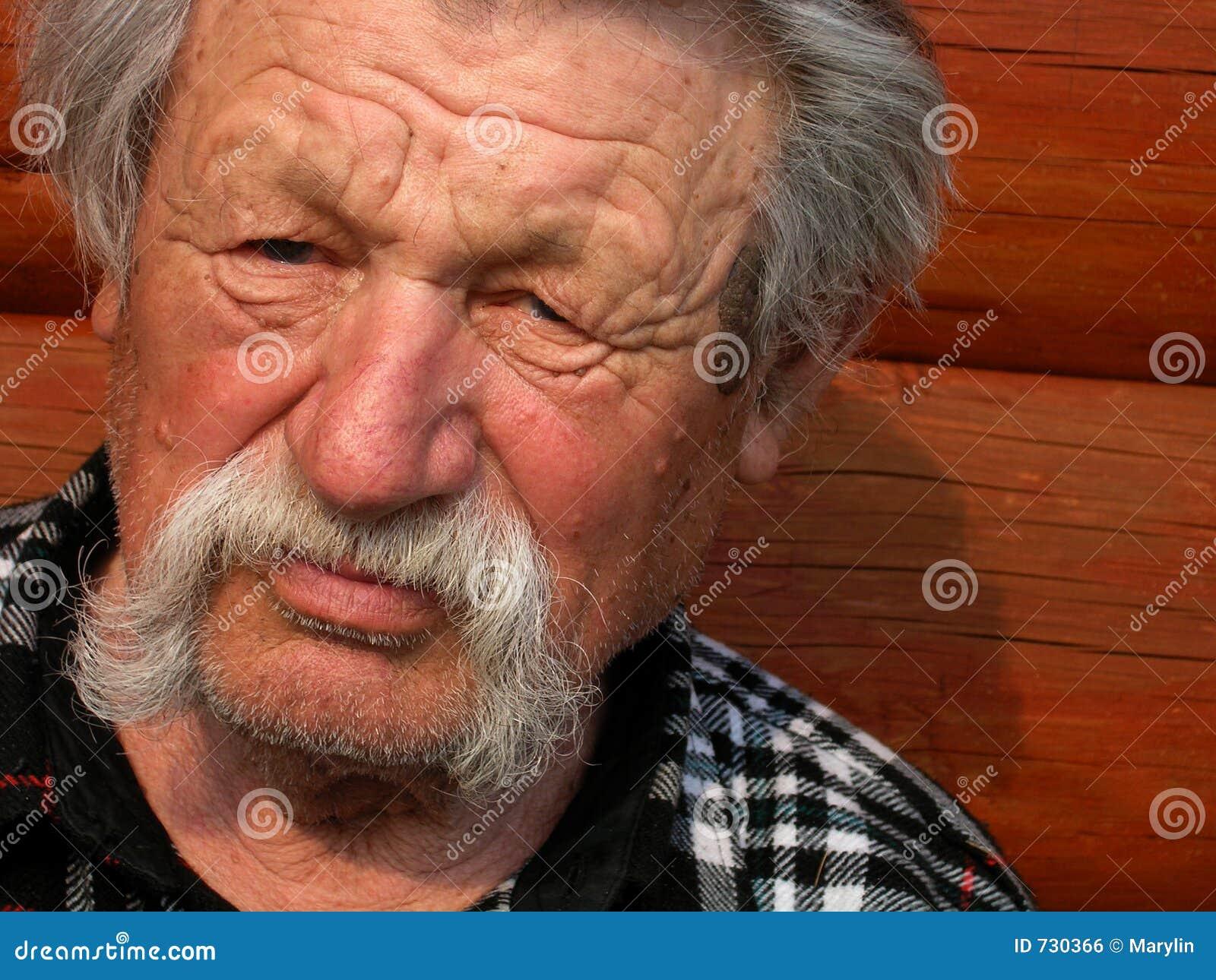 Un homme plus âgé