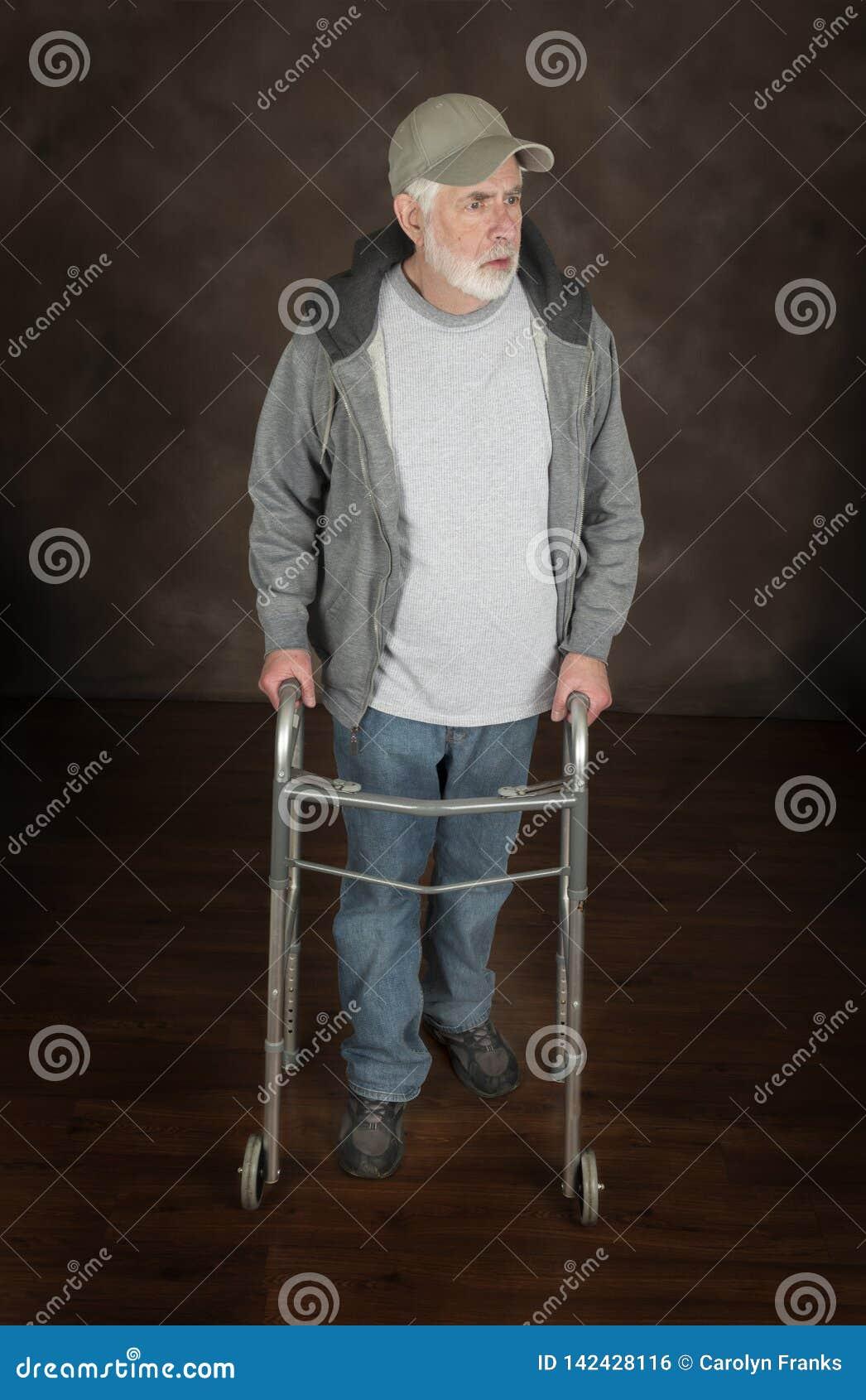 Un homme plus âgé avec la caméra de Walker On Brown Looking Off