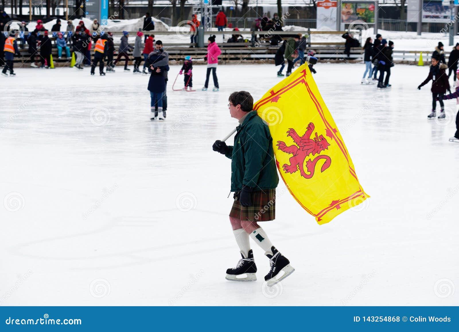 Un homme portant le drapeau écossais patinant à Montréal