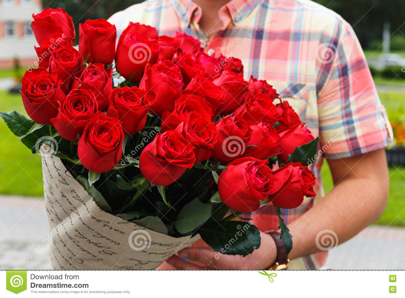 un homme portant un bouquet norme des roses rouges image stock image du caucasien activit. Black Bedroom Furniture Sets. Home Design Ideas
