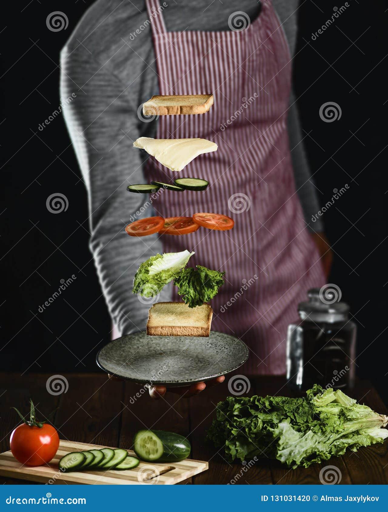 Un homme prépare les ingrédients pour un sandwich végétarien délicieux