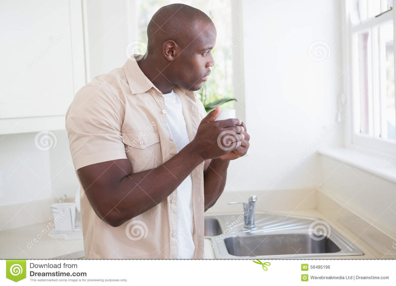 Un homme prenant son thé et regardant dehors