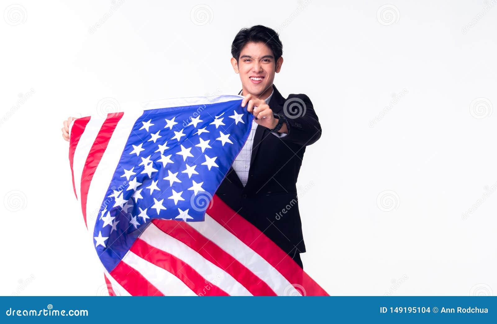 Un homme professionnel d affaires ondule le drapeau am?ricain des Etats-Unis sur le fond blanc