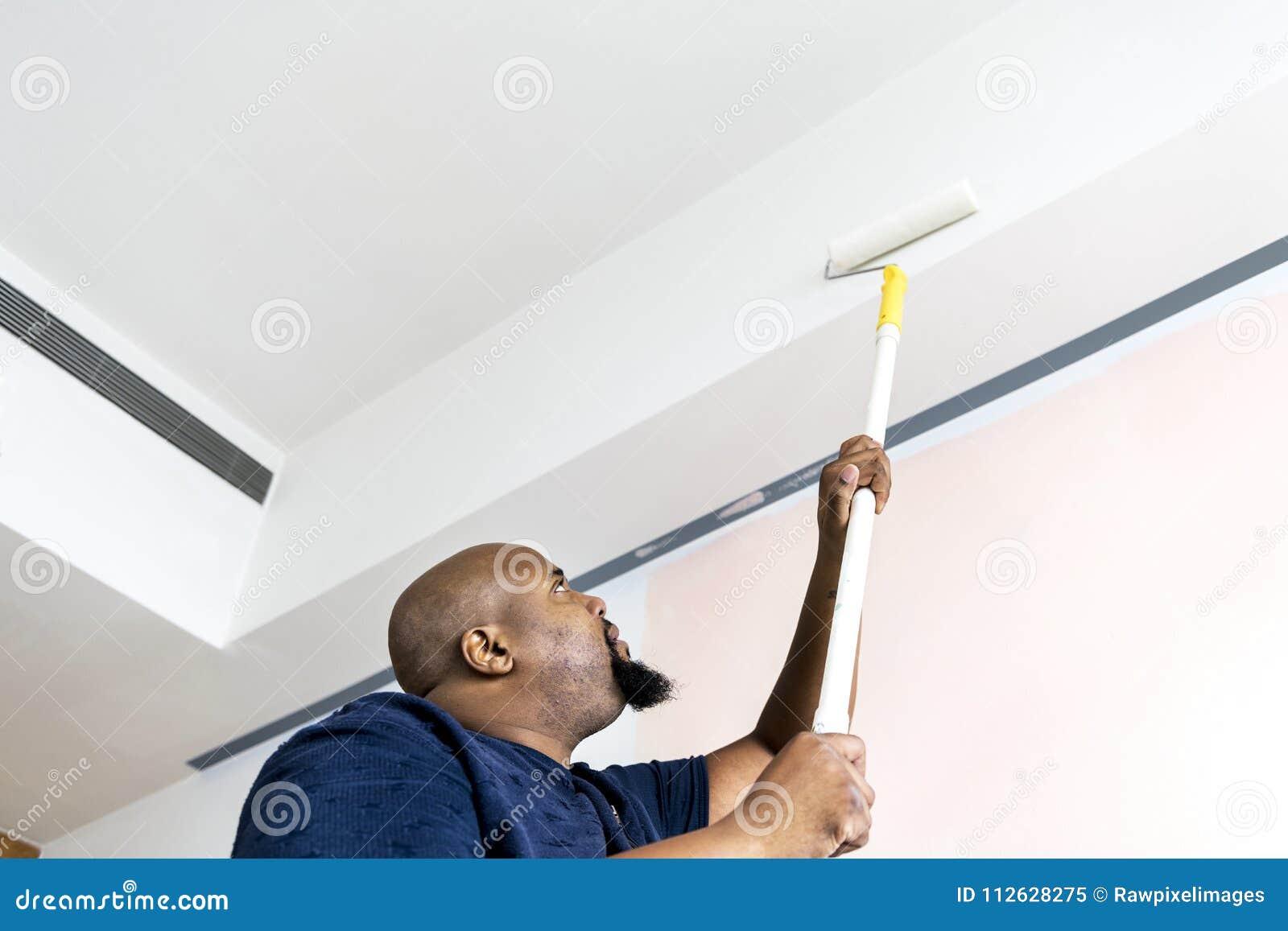 Un homme rénovant la maison