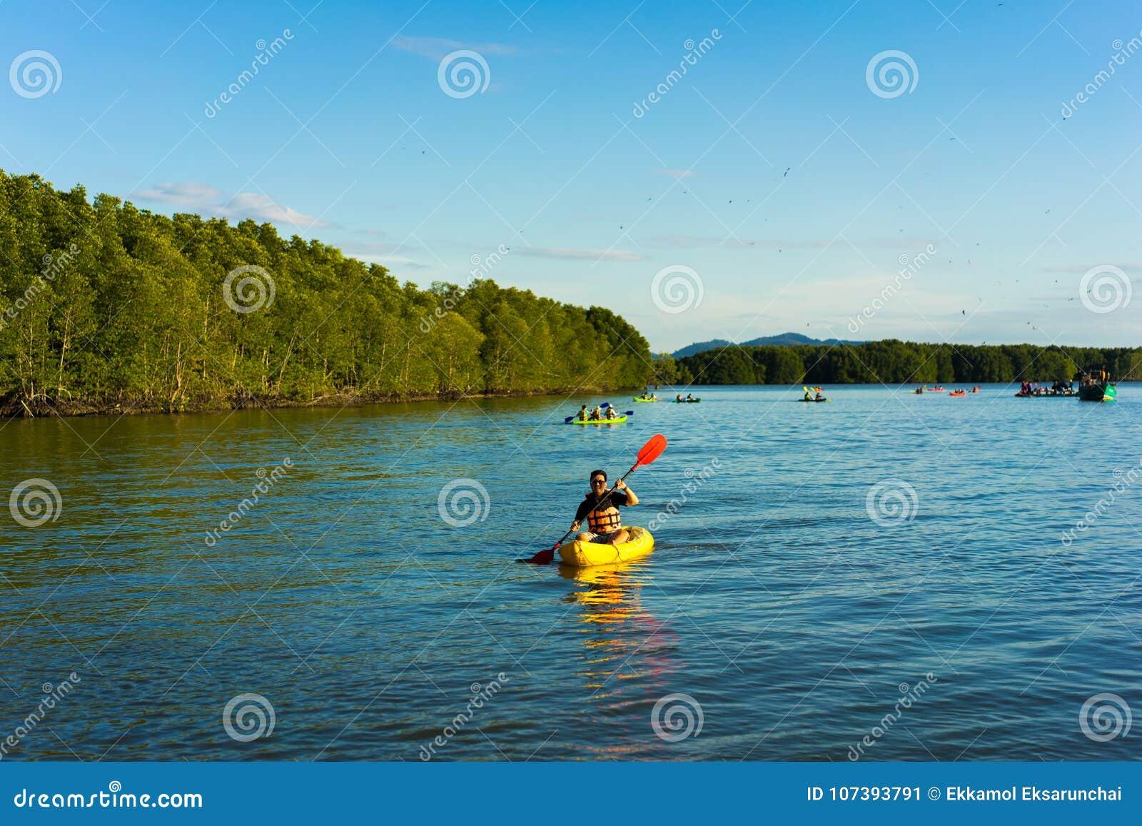 Un homme rament le kayak