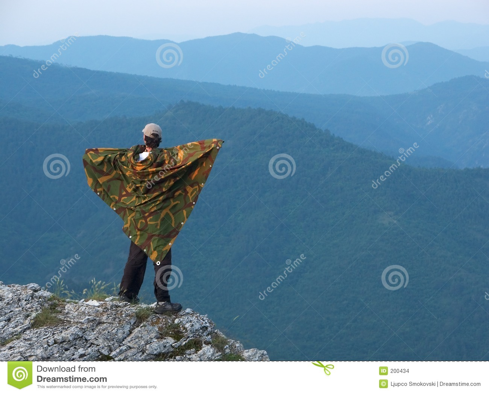 Un homme restant sur le bord d une montagne
