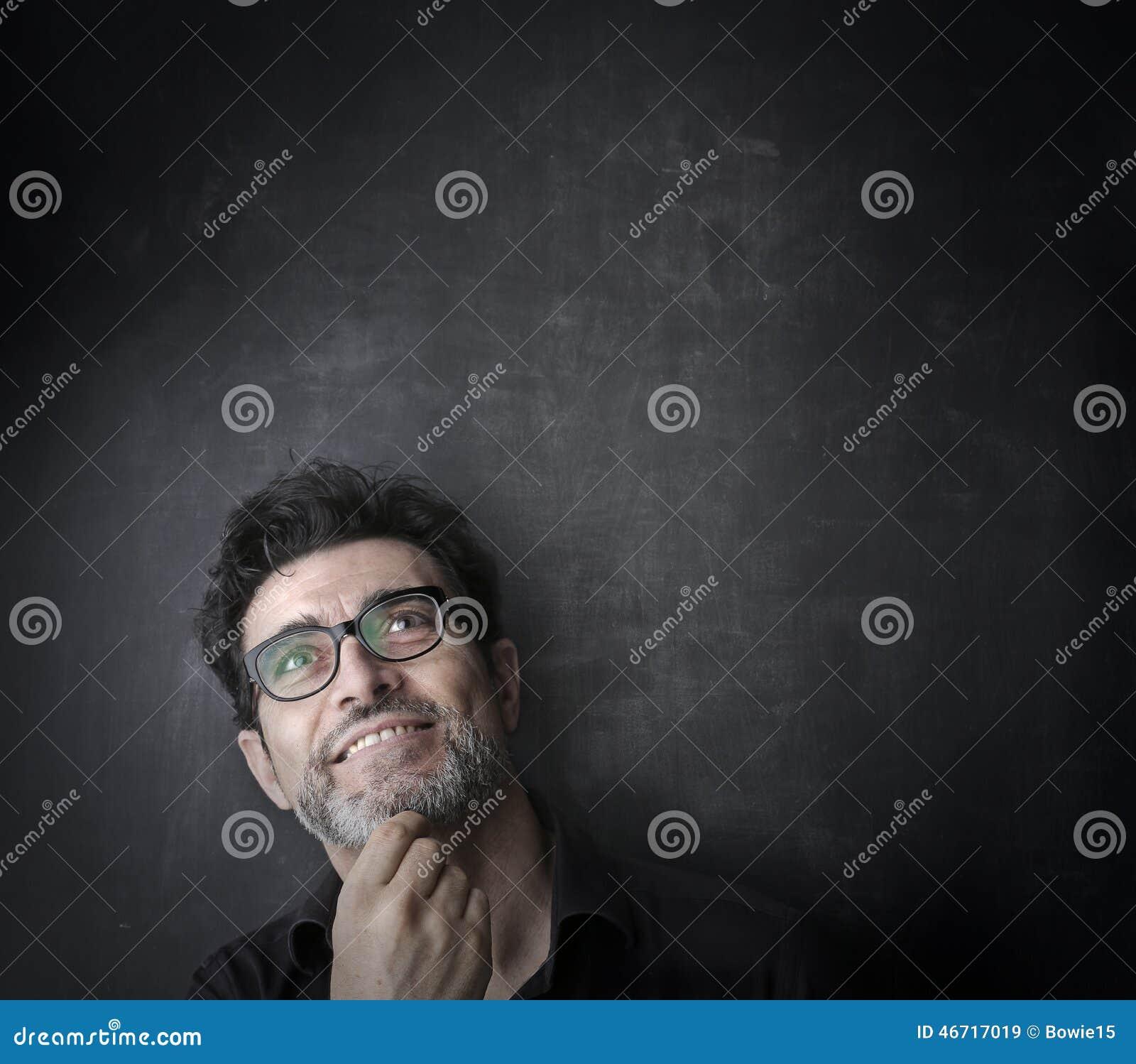 Un homme semblant ravi par quelque chose