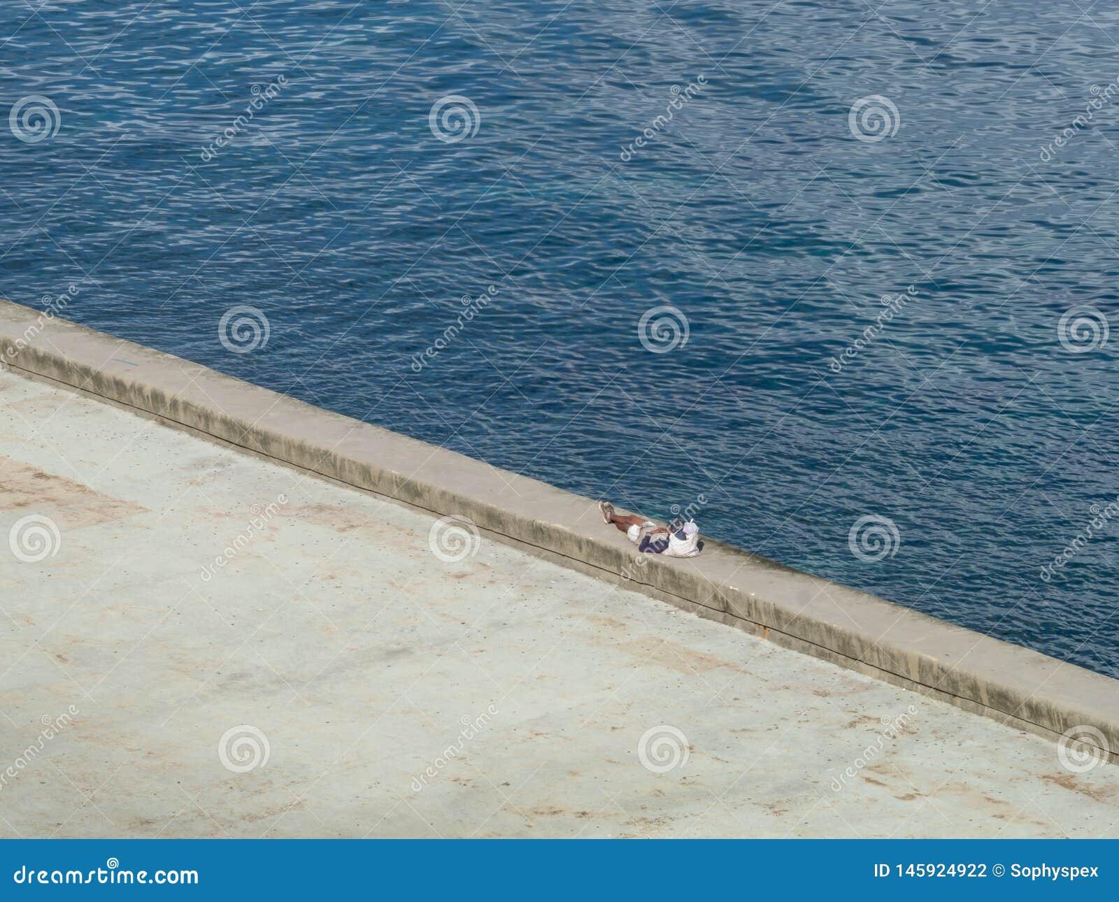 Un homme solitaire faisant une pause sur le Malecon, La Havane, Cuba
