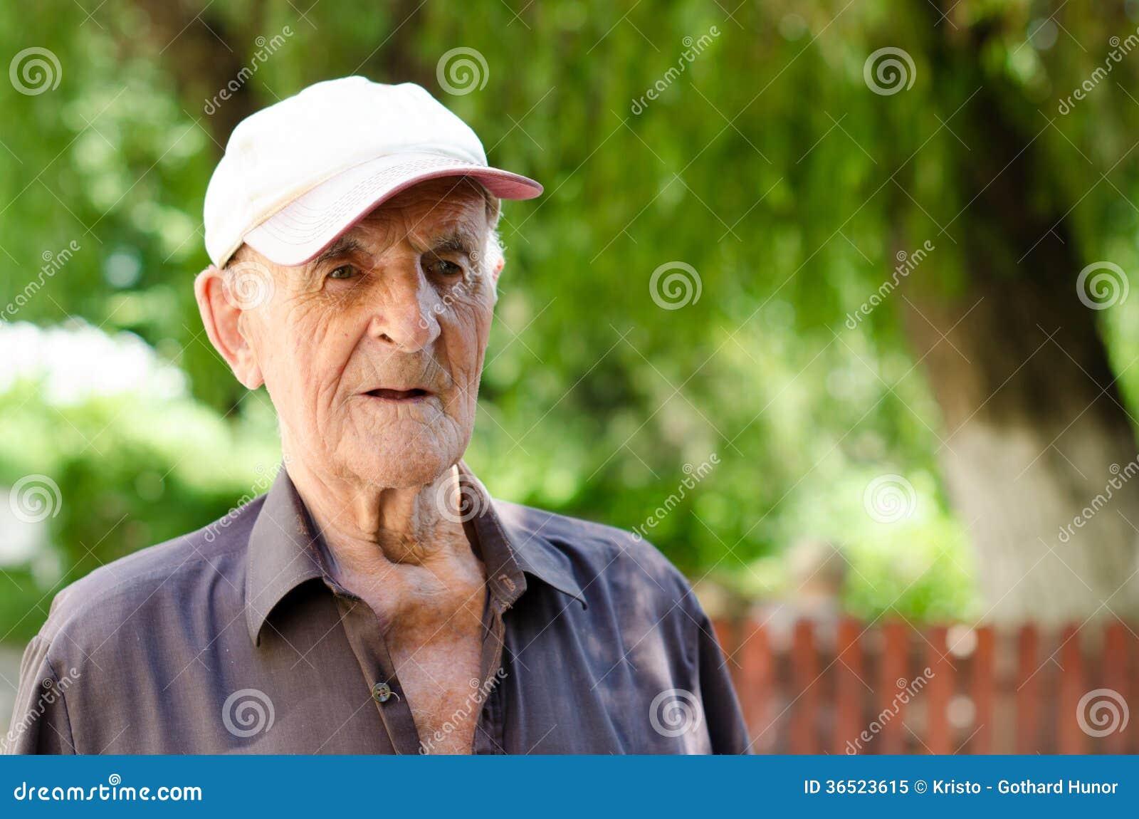 Un homme supérieur plus âgé