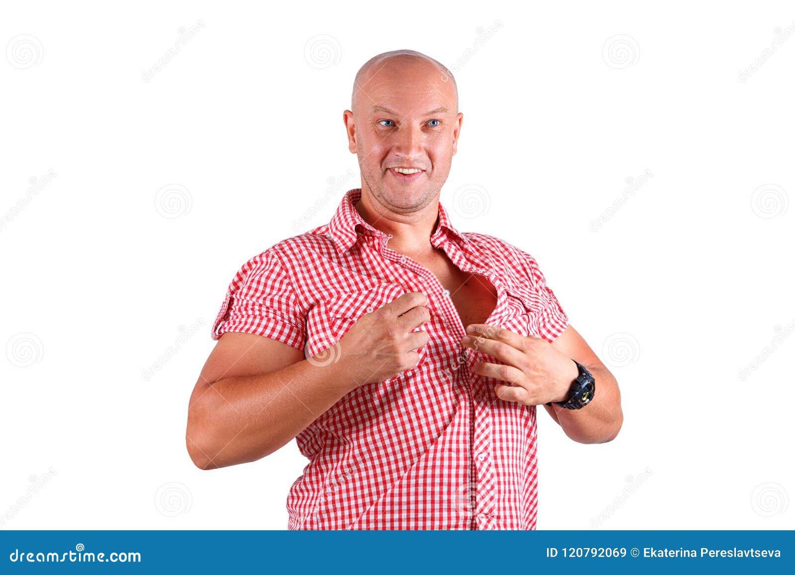 Un homme sur un fond blanc attache sa chemise