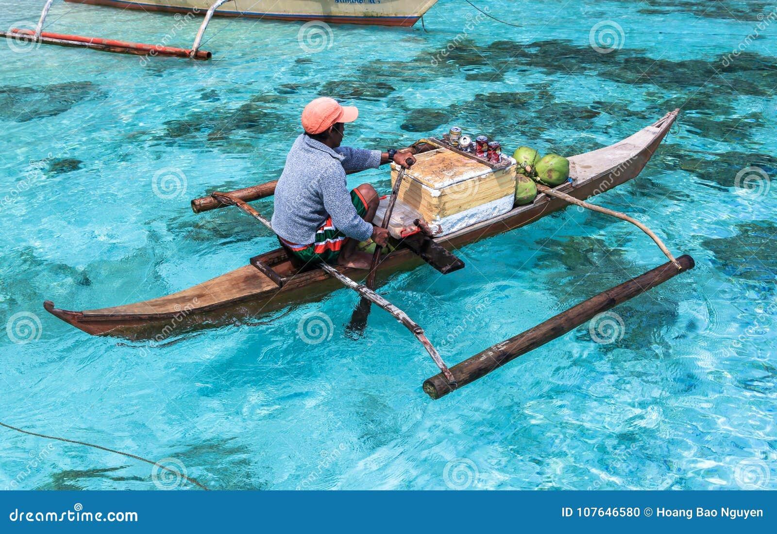 Un homme sur le petit paraw à la mer de l EL Nido, Philippines