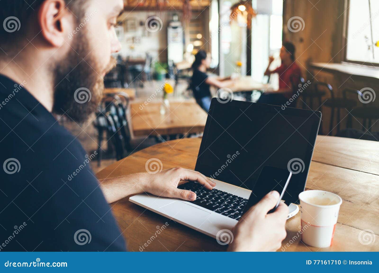 Un homme utilise l ordinateur portable pour le travail éloigné
