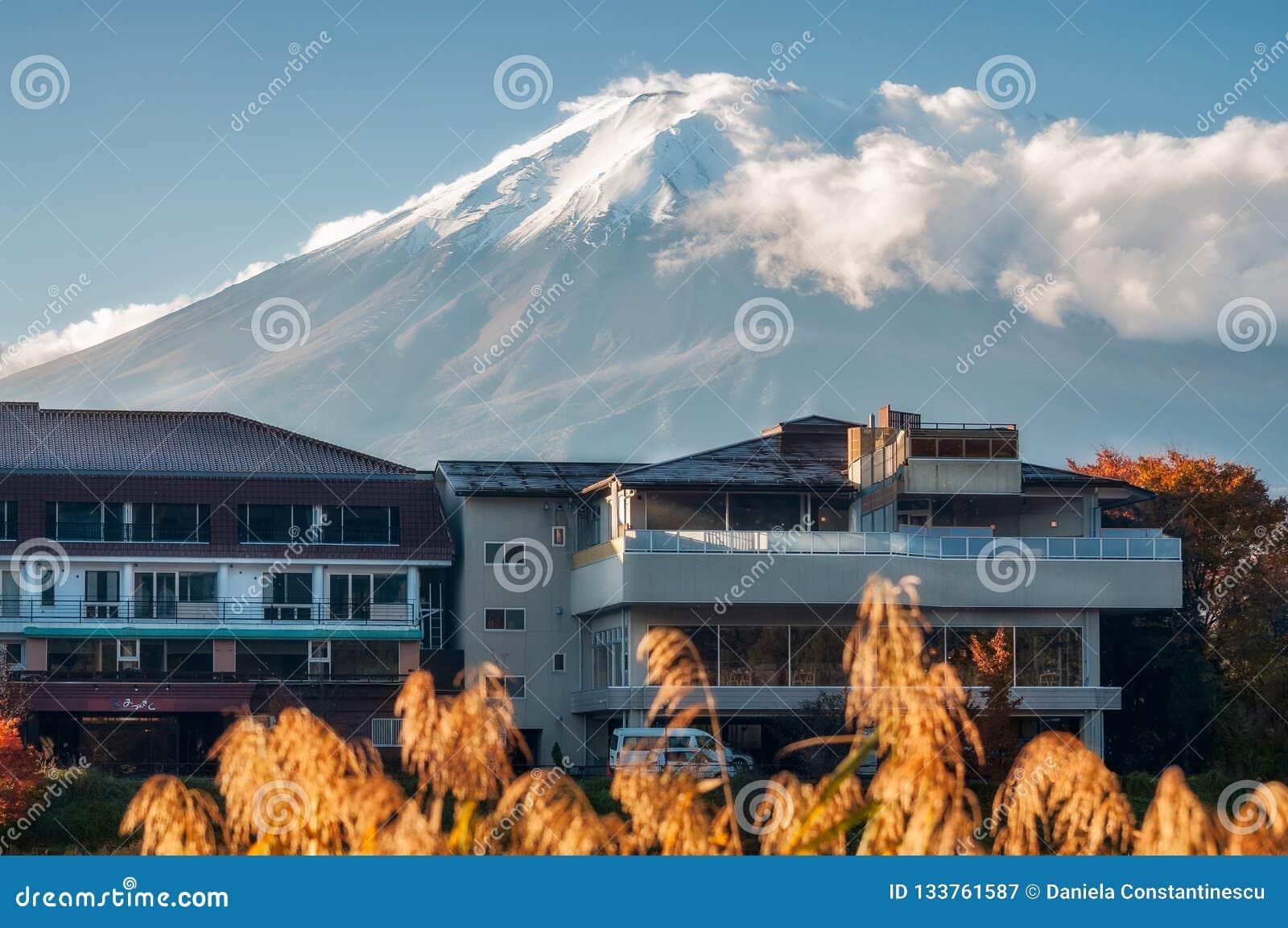 Un hotel en Fujikawaguchiko con el monte Fuji con el sn legendario