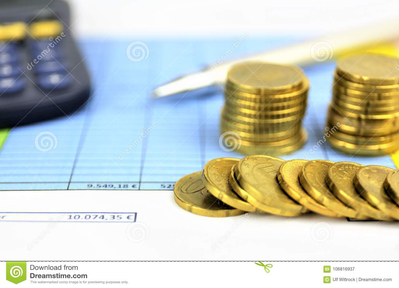 Un immagine di concetto di soldi, calcolatore, penna