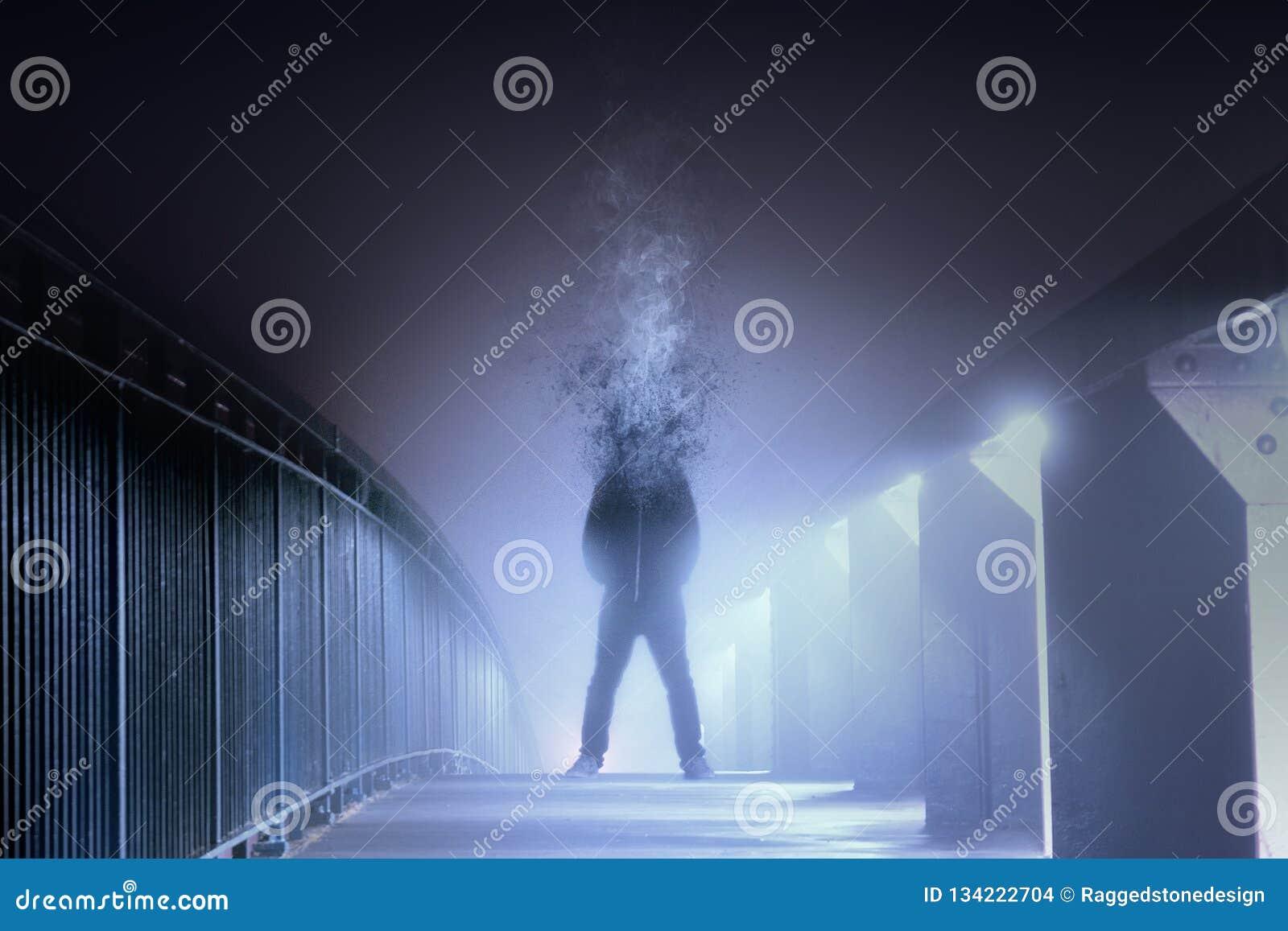Un immagine digitale concettuale di arte di un uomo che è capo si è disintegrata e si trasformata in fumo, stante su un percorso