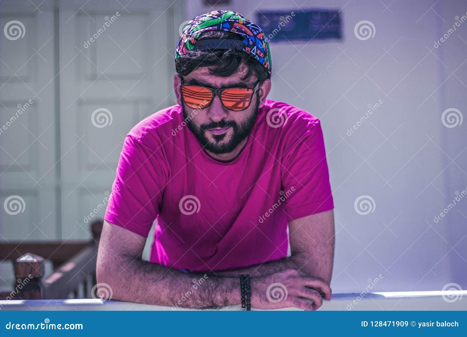 Un individuo con un casquillo y los vidrios
