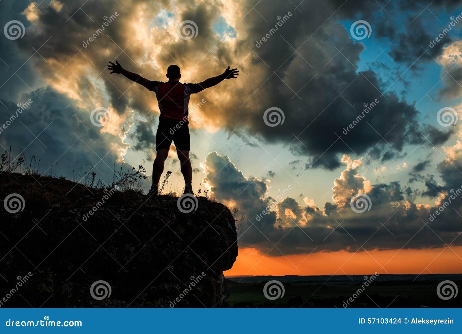 Un individuo que se coloca en una roca