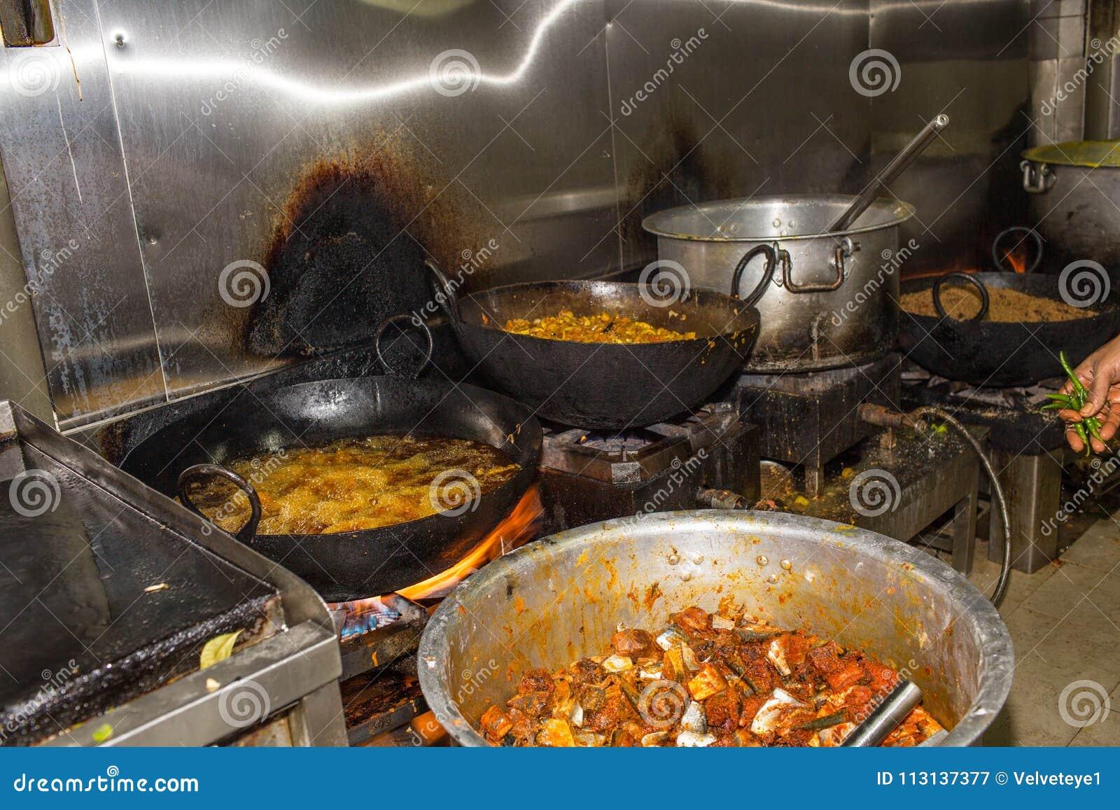 Un industriale sporco Grungy reale del ristorante & una cucina commerciale e