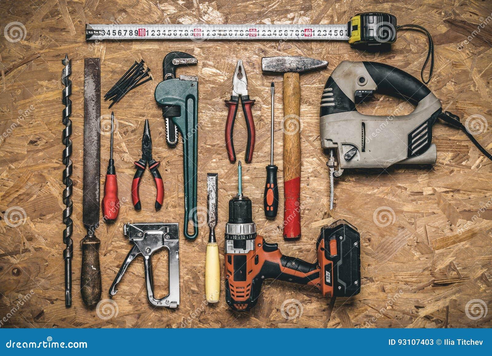 Strumenti Per Lavorare Il Legno : Un insieme degli attrezzi per bricolage per lavorare al legno sul