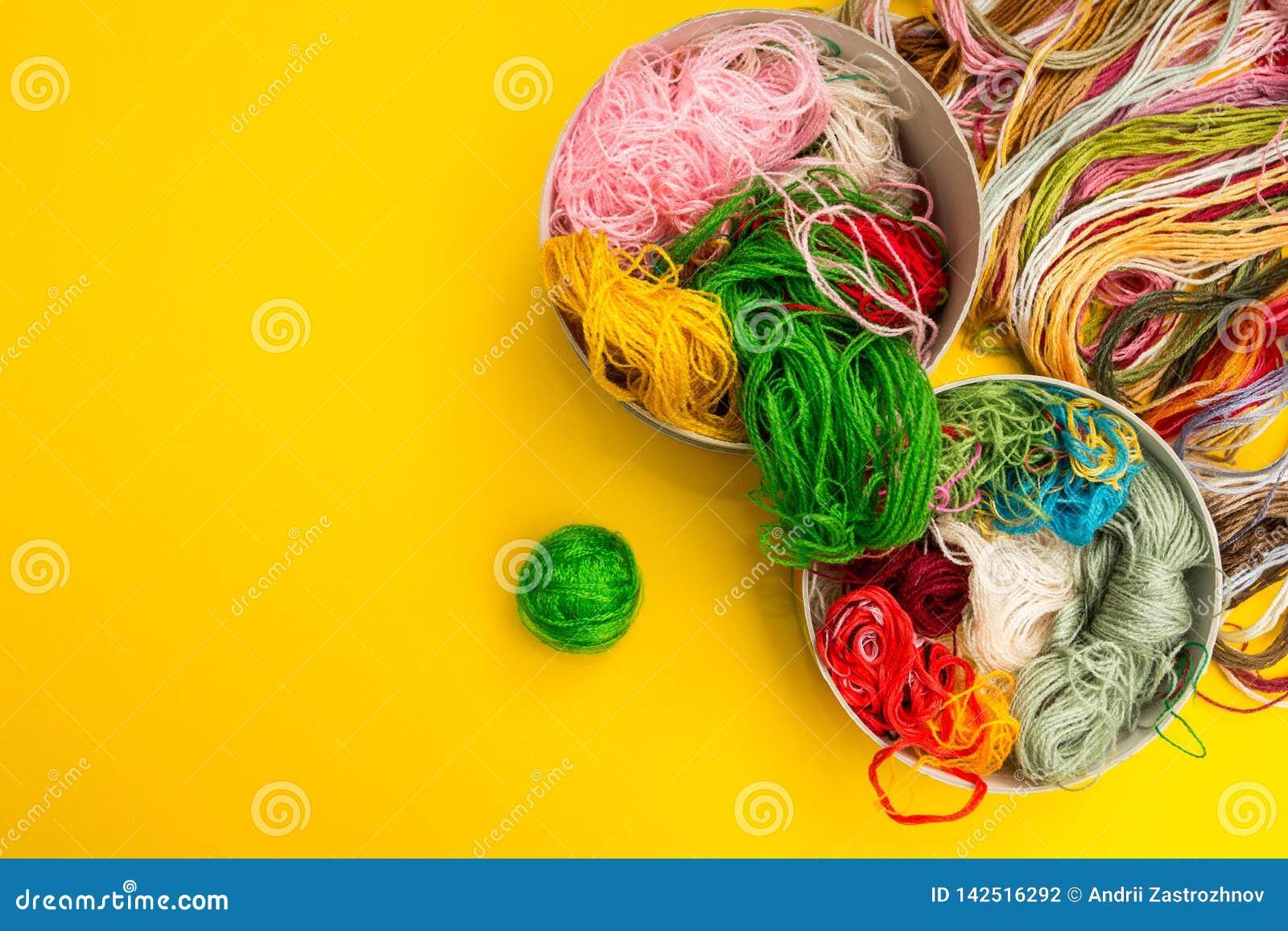 Un insieme dei fili colorati per tricottare