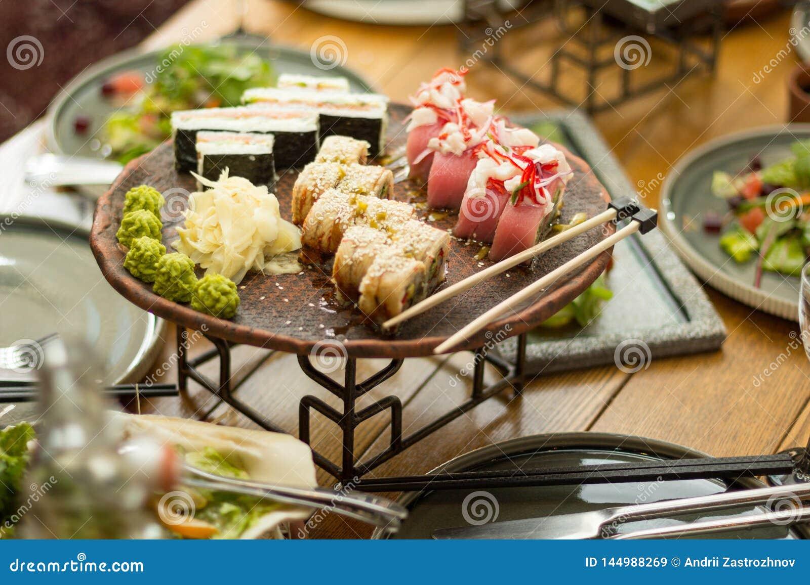 Un insieme dei sushi in un ristorante sulla tavola, fuoco selettivo pranzo