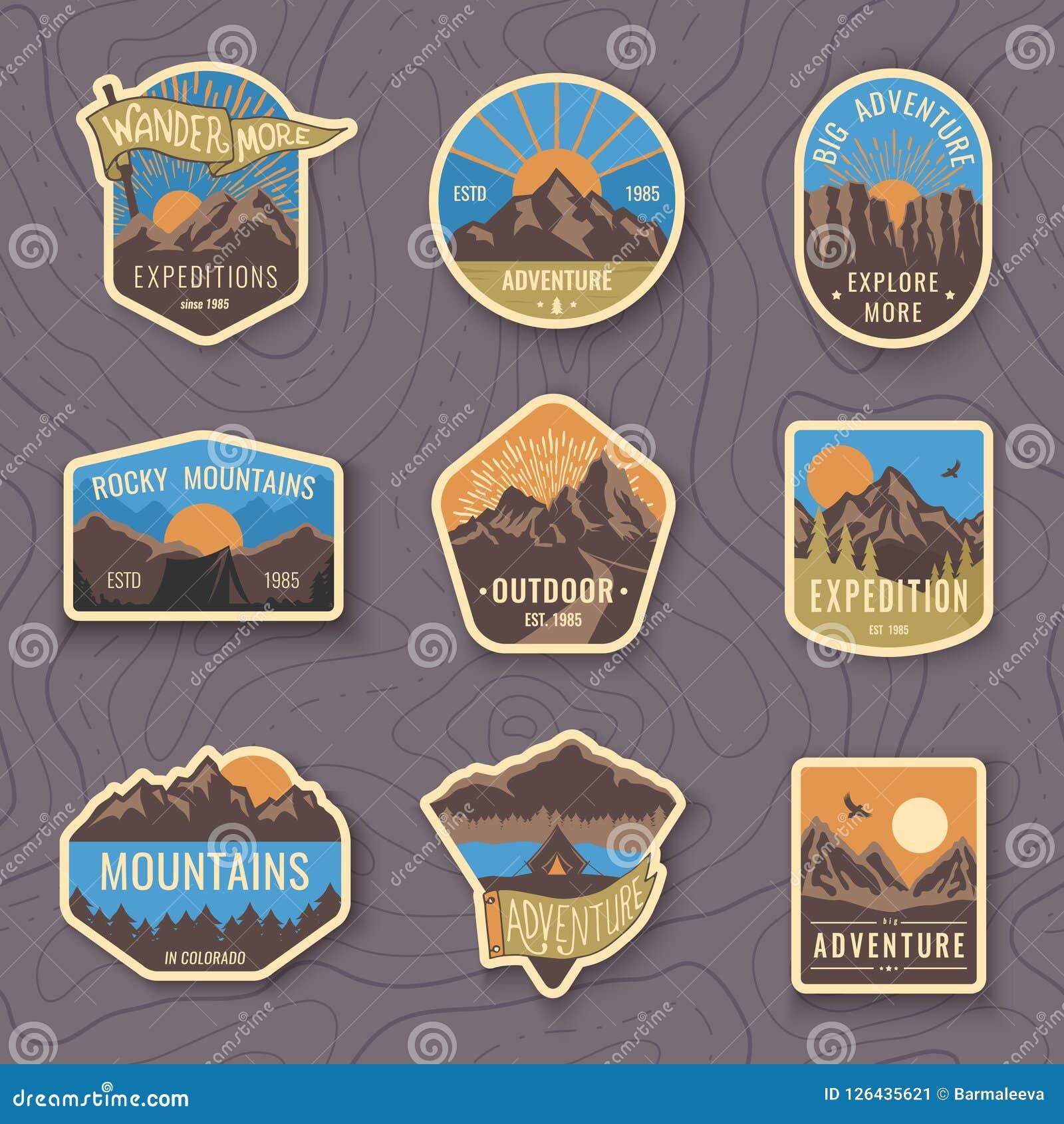 Un insieme di nove emblemi di viaggio della montagna Emblemi di avventura, distintivi e toppe all aperto di campeggio di logo Tur