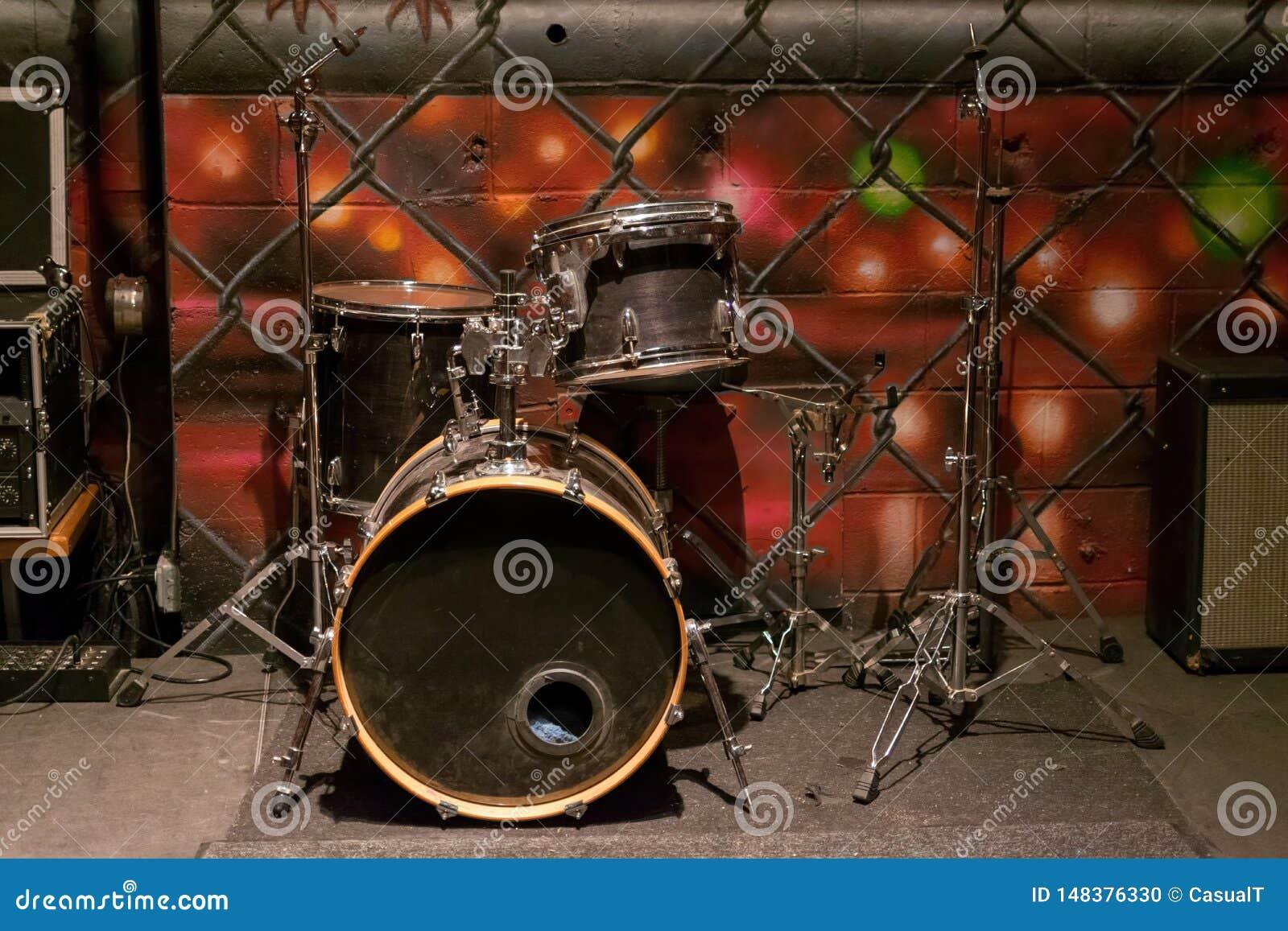 Un insieme di vecchi tamburi polverosi malconcii, su una fase
