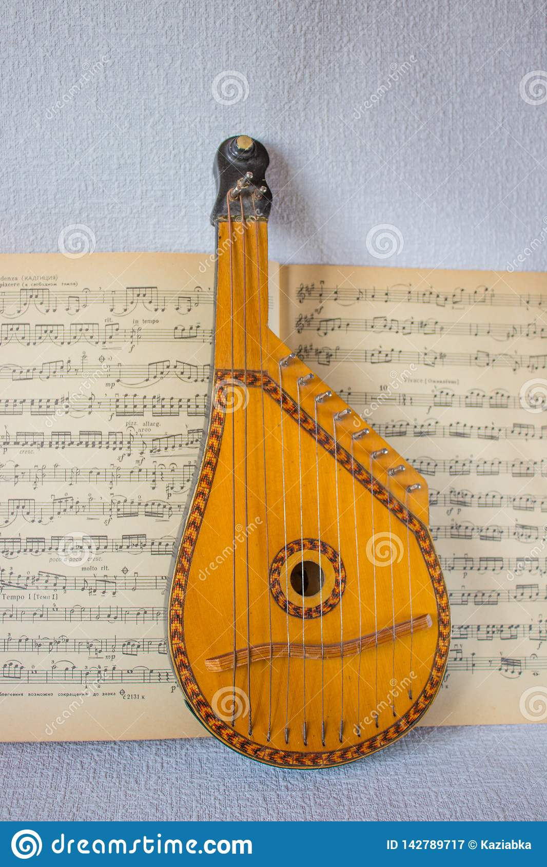 Un instrumento musical, un bandura, está situado en un libro de música abierto
