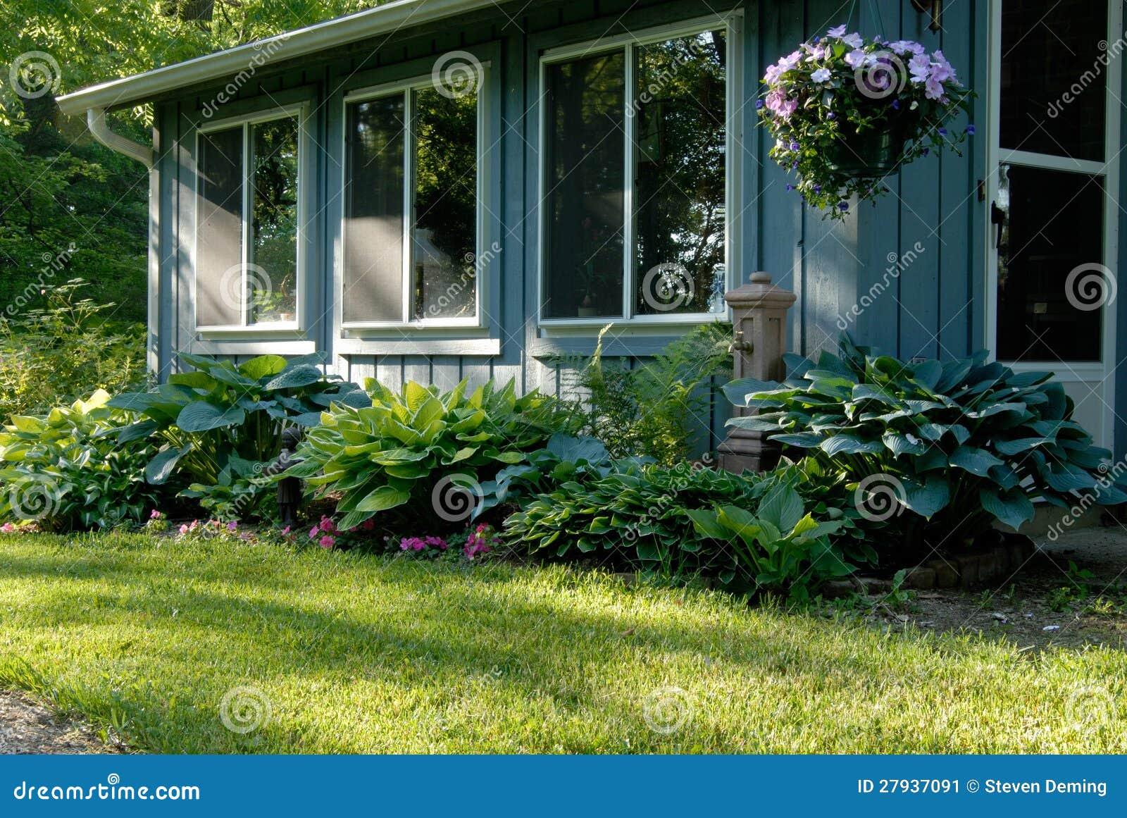 un jardin d 39 ombre de hosta image stock image du pelouse 27937091. Black Bedroom Furniture Sets. Home Design Ideas