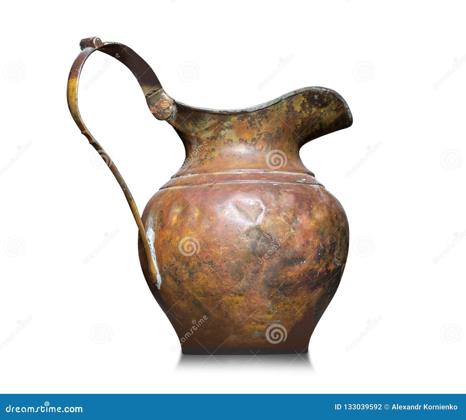 Un jarro de cobre viejo para el agua Aislado en un fondo blanco