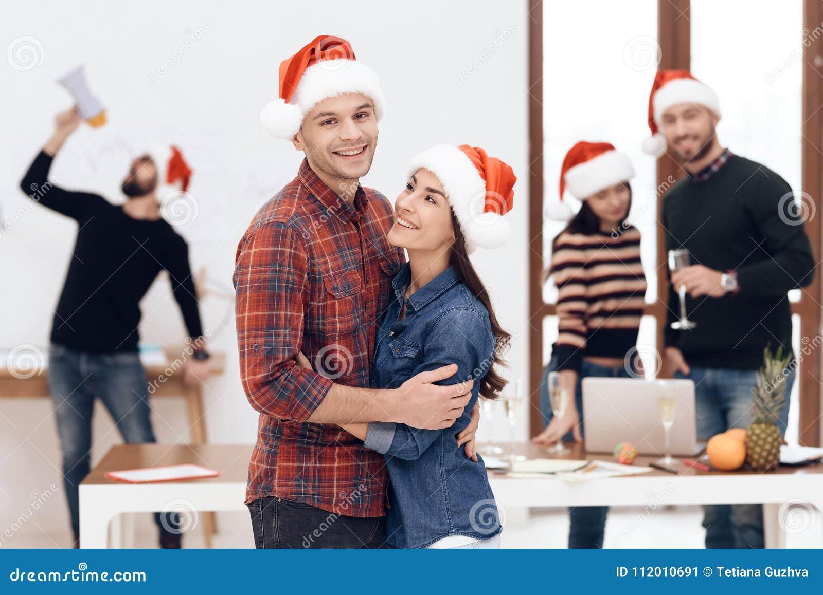 Un jeune couple célèbre à une célébration d entreprise