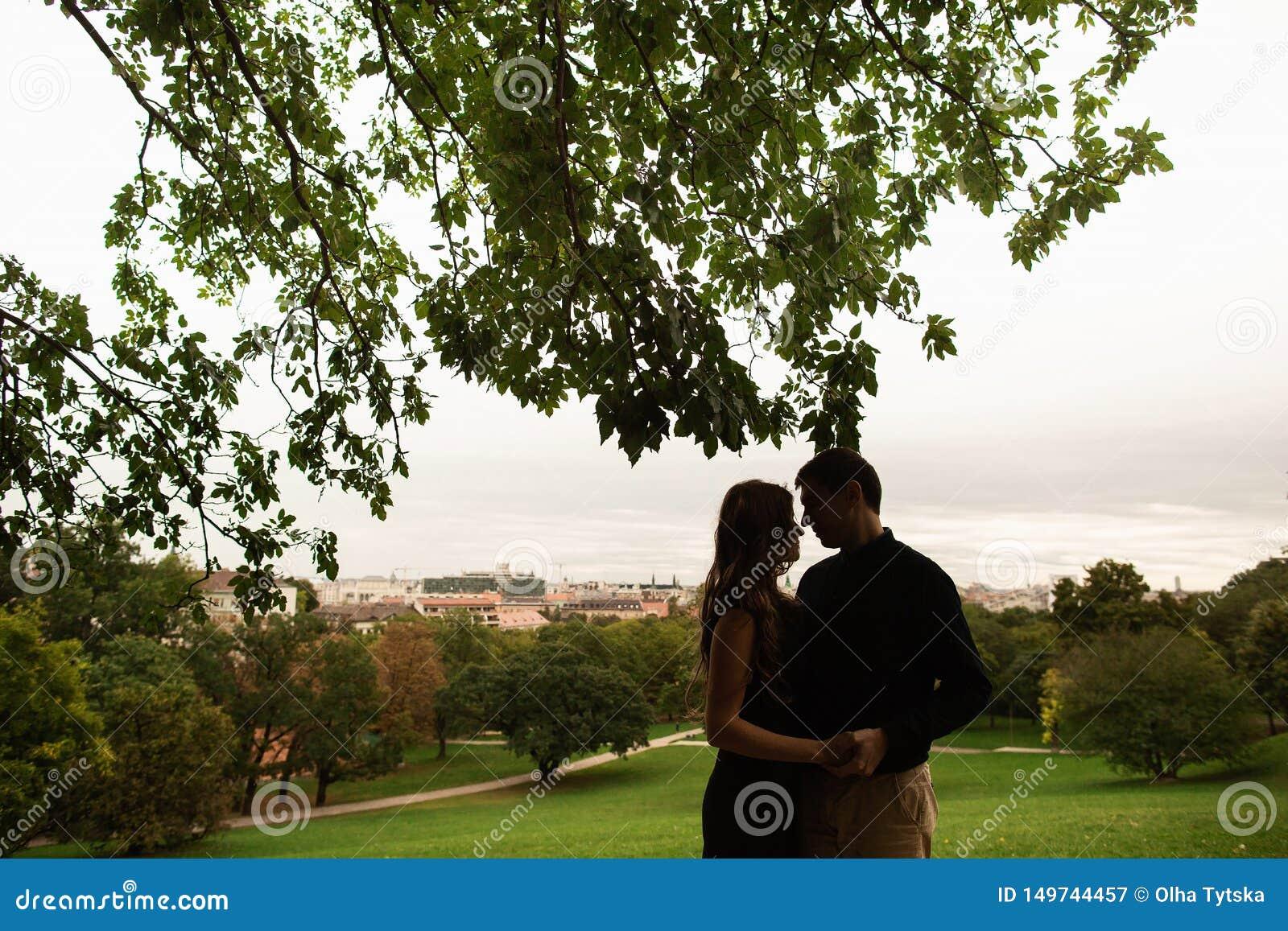 Un jeune couple en parc dans l histoire d amour de Budapest