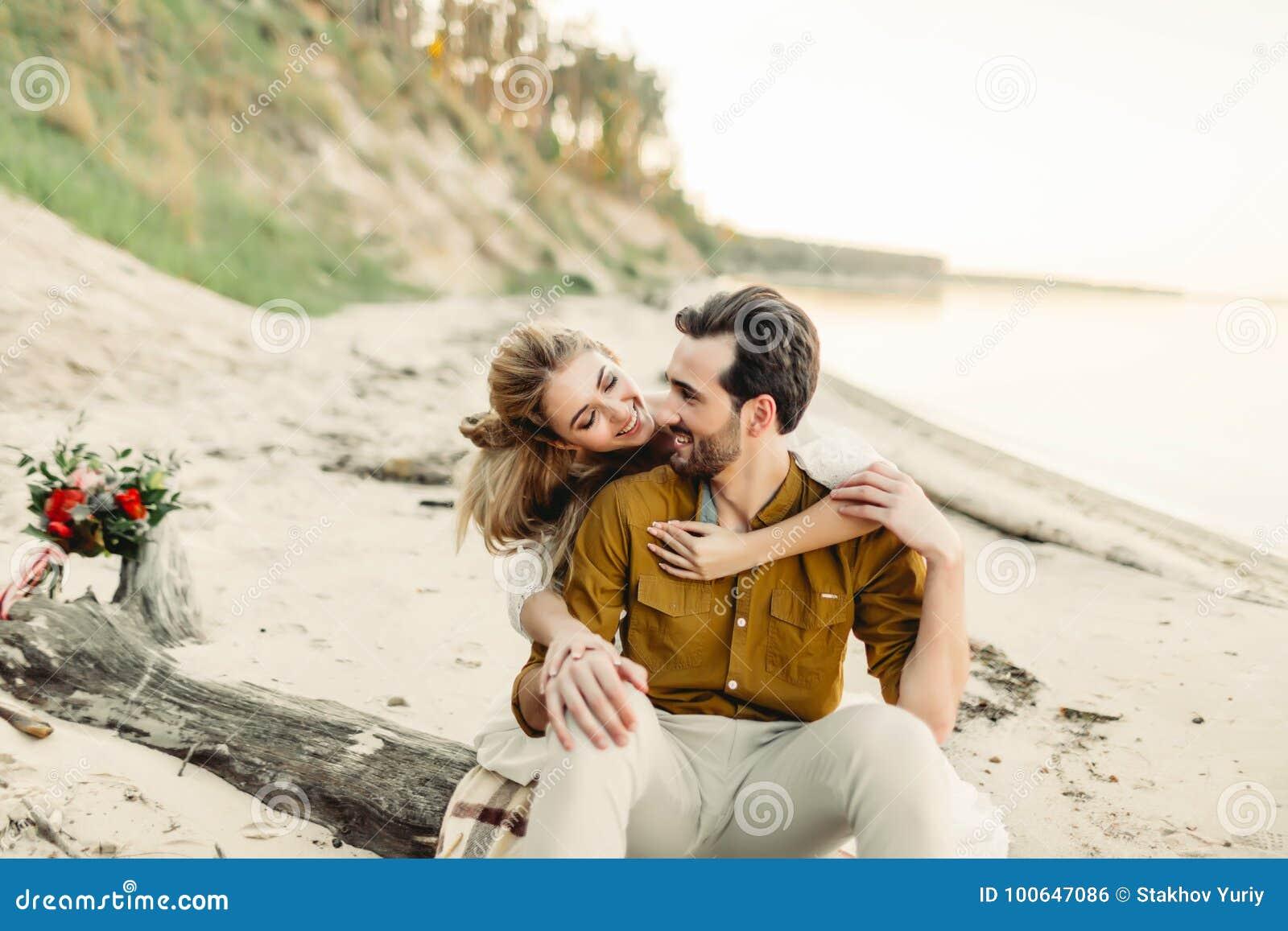 Un Jeune Couple Est Souriant Et étreignant Sur La Plage La