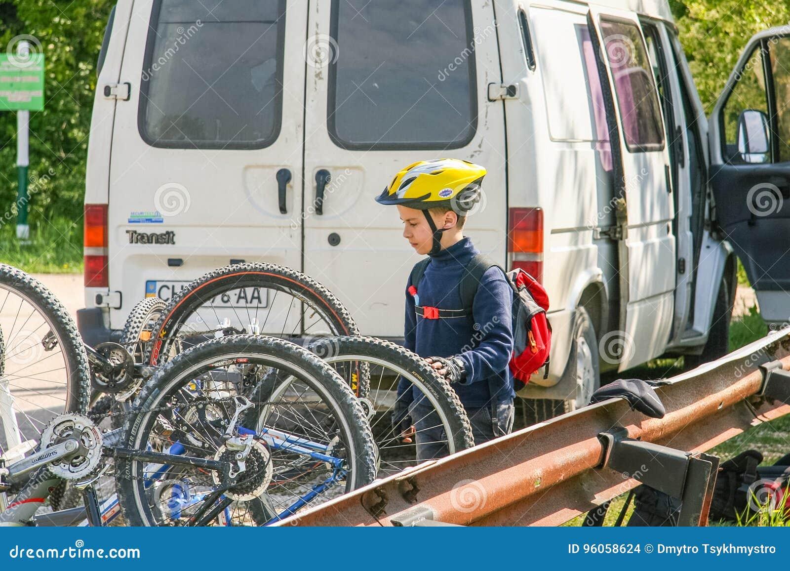 Un jeune cycliste prépare une technique pour le déplacement