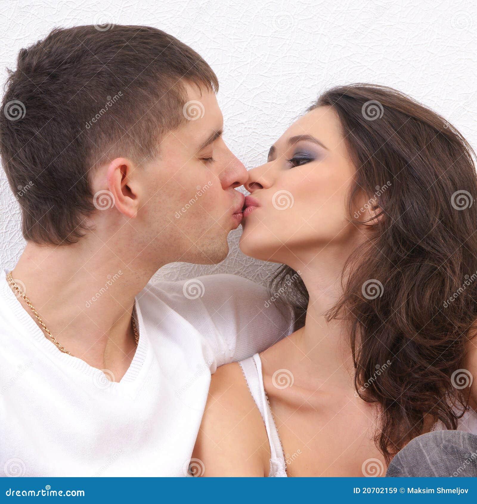 Un jeune et affectueux couple s embrassant