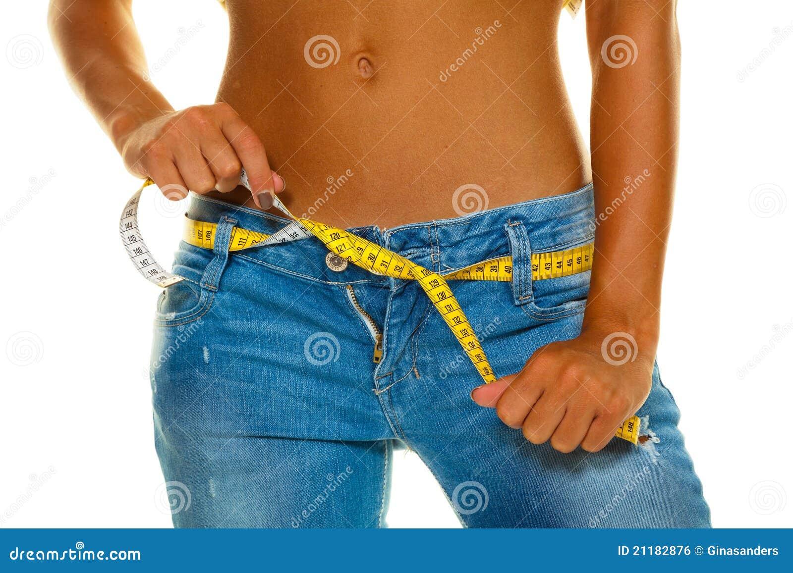 Un jeune femme mince dans des jeans