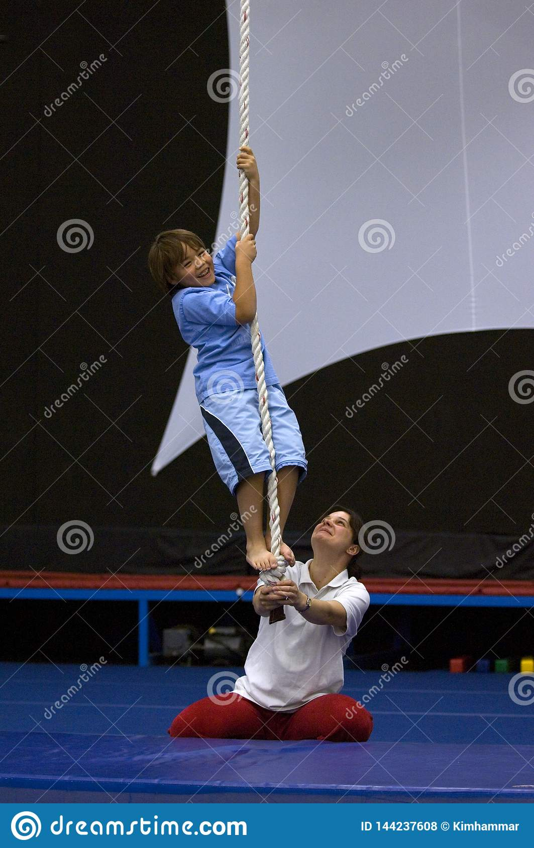 Un jeune garçon apprend à monter une corde à l école d acrobate de n