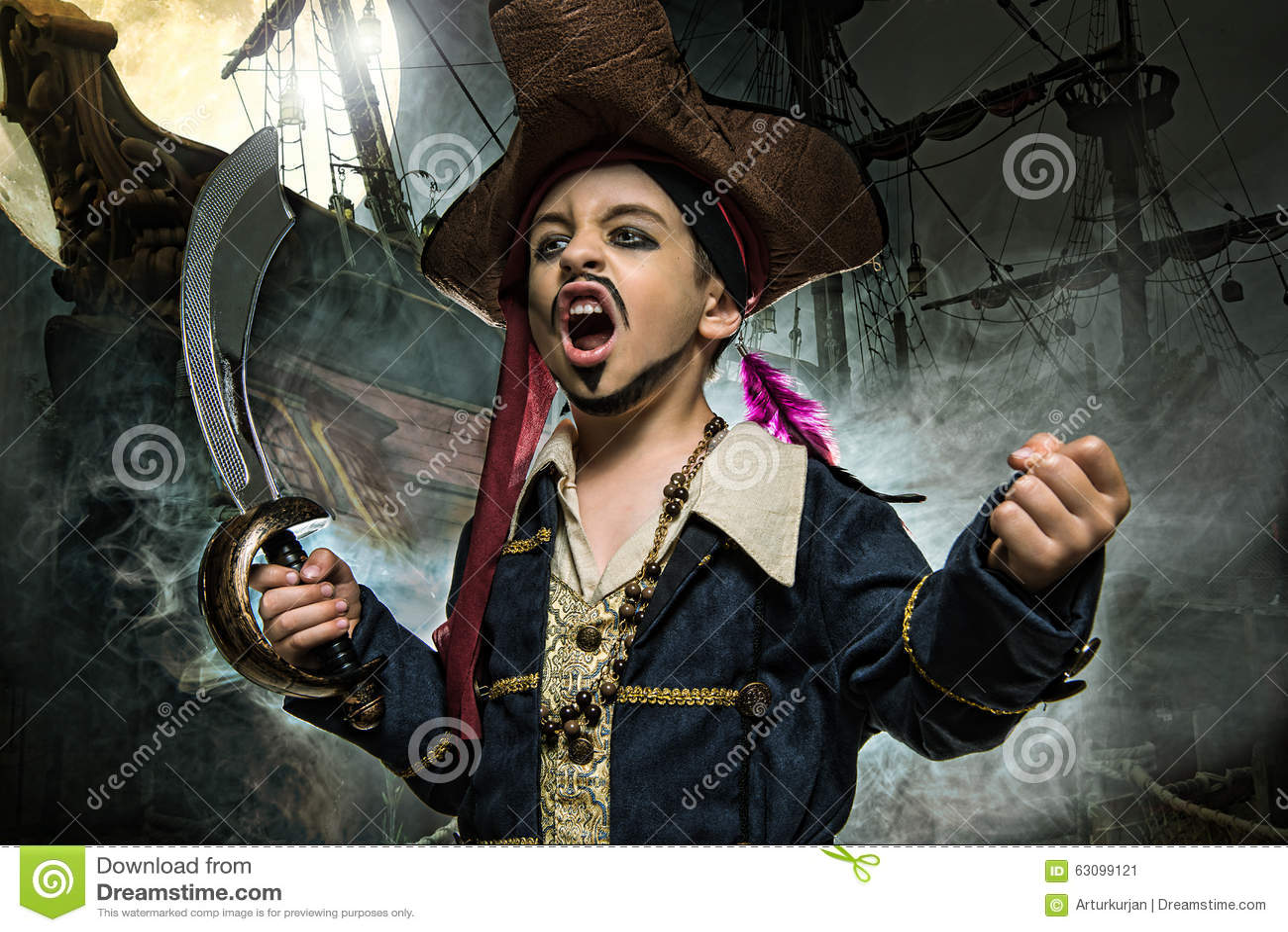 Un jeune garçon fâché utilisant un costume de pirate