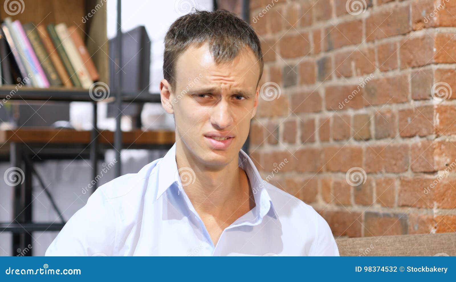Un jeune homme d affaires fâché et désespéré malheureux triste dans son bureau créatif