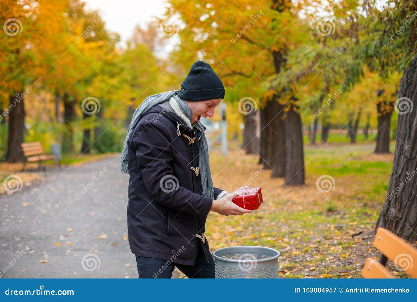 Un jeune homme a trouvé en parc un cadeau rouge