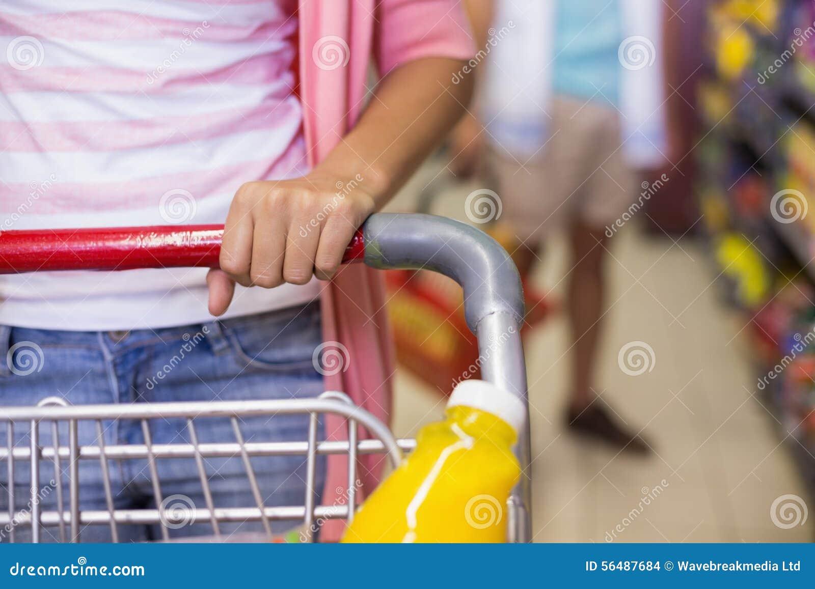 Un jeune joli achat de femme produits