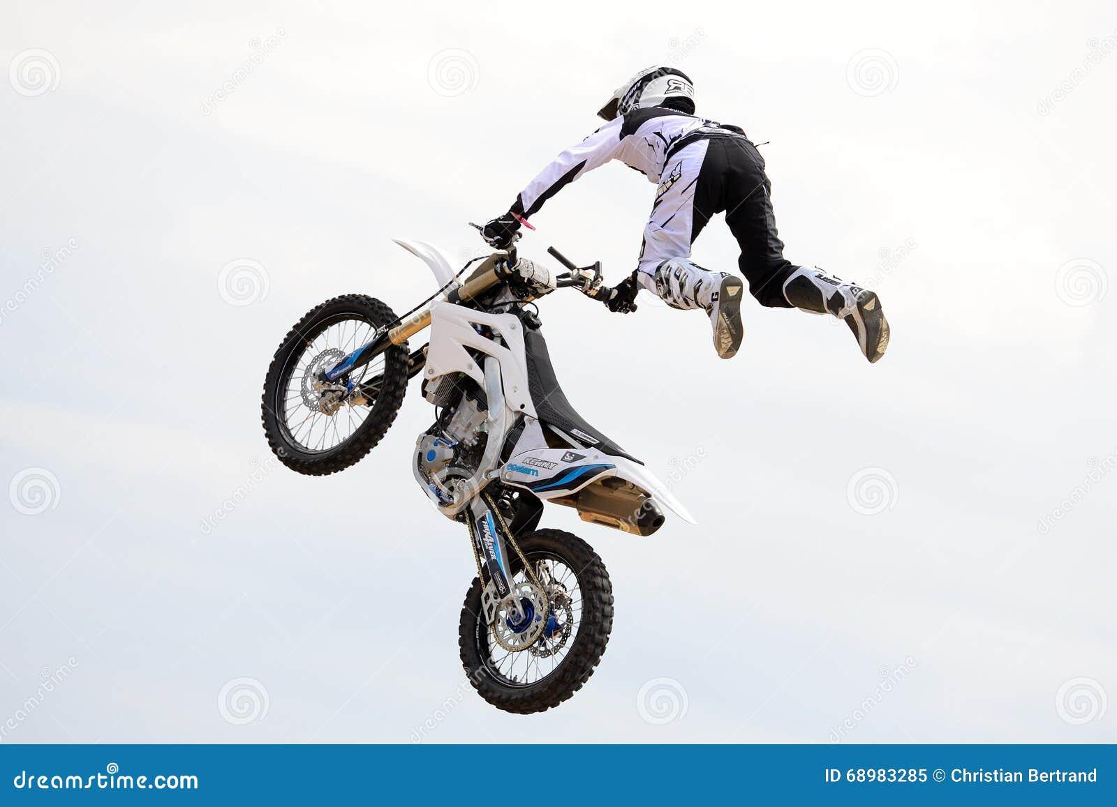 Un jinete profesional en la competencia de FMX (motocrós del estilo libre)