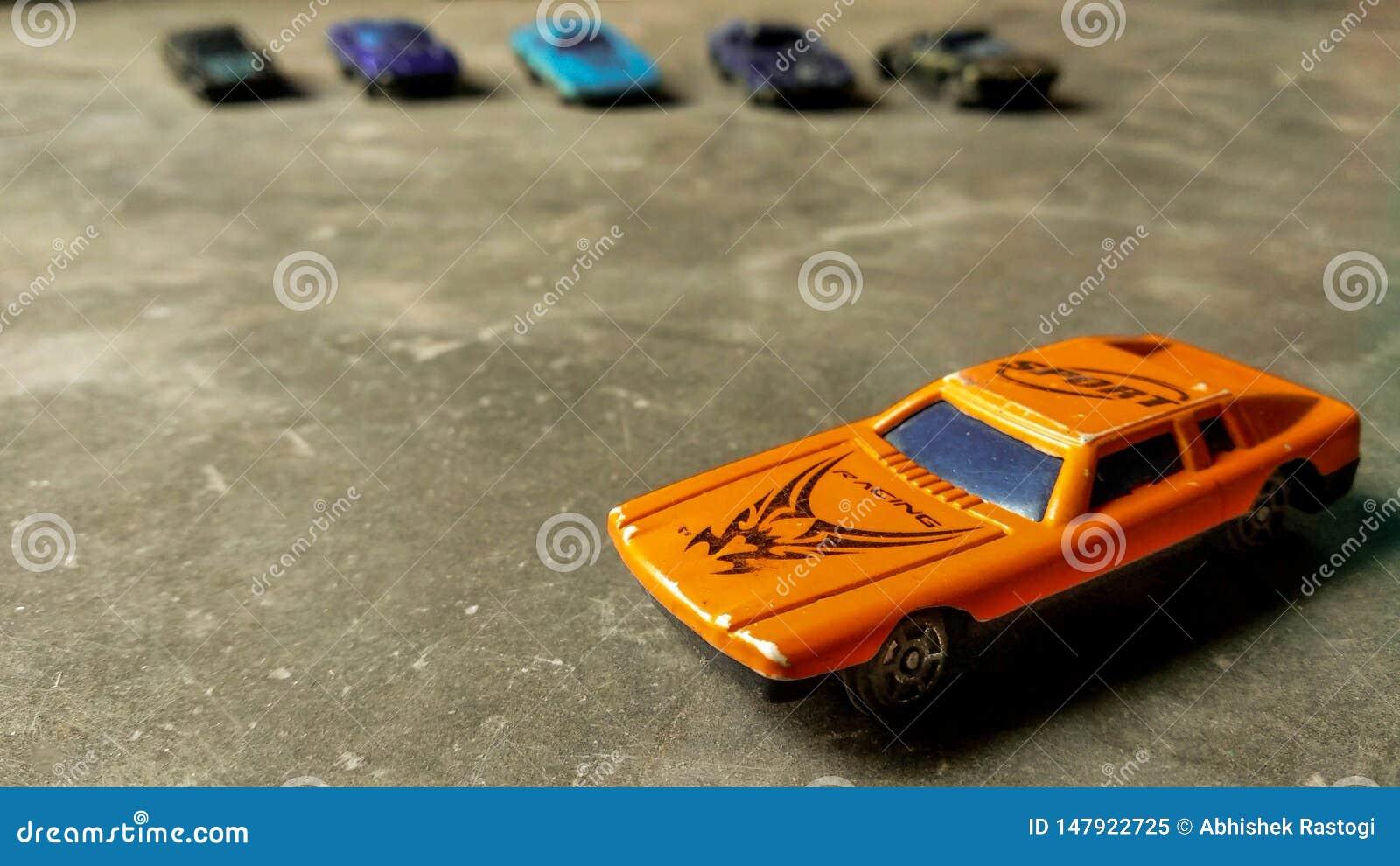 Un jouet focalis? s?lectif de voiture Plan rapproch? de voiture orange de jouet pour des enfants sur le fond divers